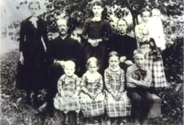 Back row - l to r: Annie, Mary Ellen. Emma (holding Ruth); Middle row: Abraham & Sarah Elizabeth Short; Front row - l to r: Lenora, Lula, Minnie, & Arthur